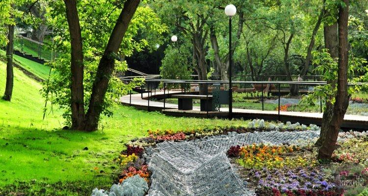 С начала 2018 года в СЗАО округе планируется благоустроить 14 парков. Ко всему этому в планах отремонтировать прилегающие территории 37 образовательных учреждений, а также заняться благоустройством 156 дворов.