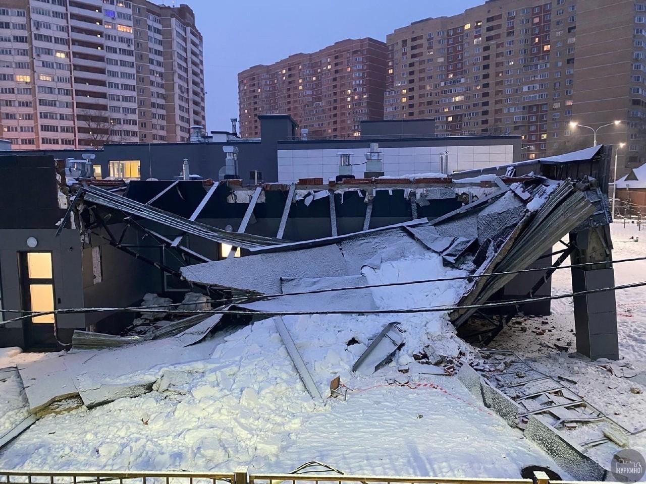 В мкр. Сходня на 2-м Чапаевском переулке, д. 3а, обрушилась часть конструкции пристройки Лицея